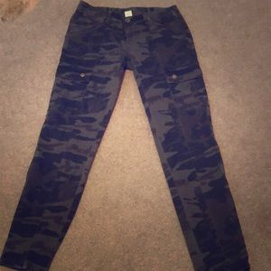 Camo cropped skinny jeans